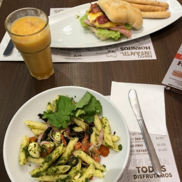 Ensalada italiana + sandwich tocinera pesto